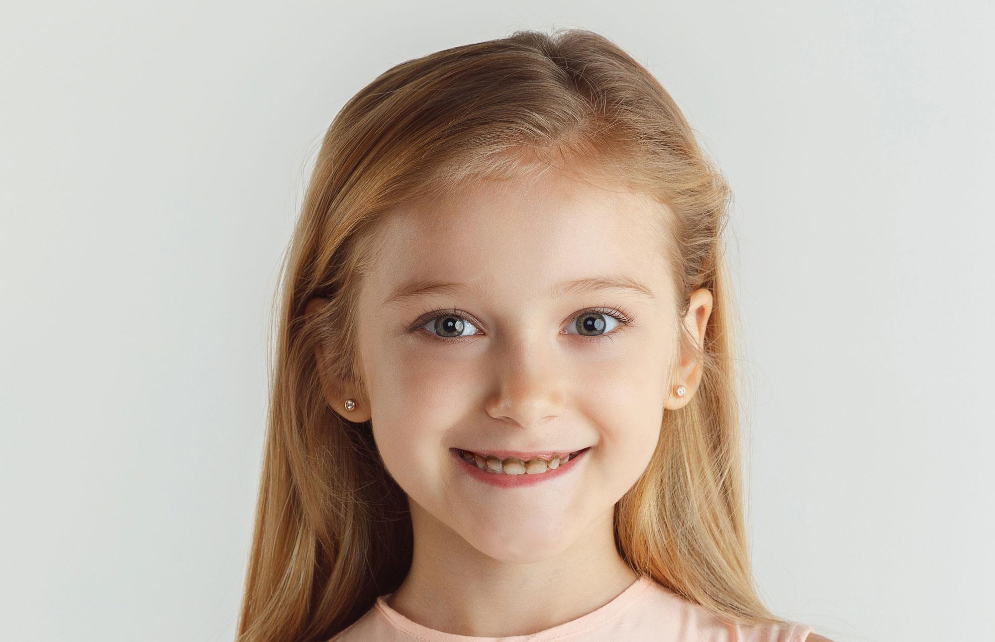 دختر خندان با دندان های سیاه
